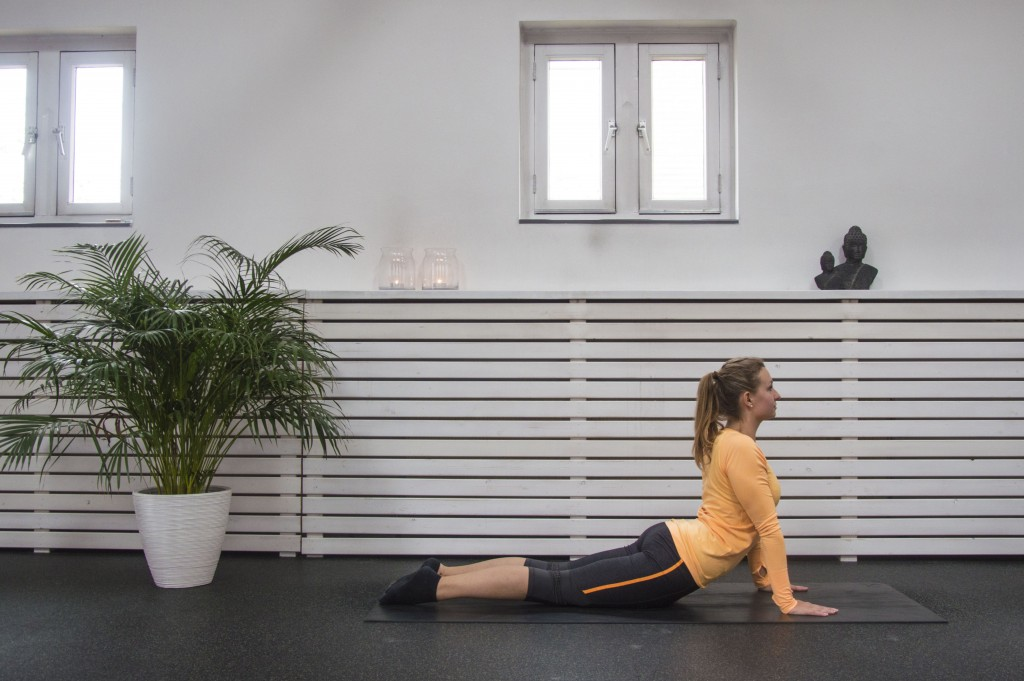 Met deze yoga oefeningen stap je voortaan flexibel het vliegtuig uit